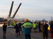 Die Zwillingskamine auf dem Raduner Areal in Horn TG wurden im November 2015 gesprengt. Die Industriebrache war zuvor bei einem Grossbrand weitgehend zerstört worden (Bild: KEYSTONE/GIAN EHRENZELLER)