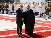 Es wird zum Wiedersehen kommen: Bundesrat Johann Schneider-Ammann hatte Irans Präsidenten Hassan Ruhani im Februar 2016 in Teheran zum Gegenbesuch in die Schweiz eingeladen. Ruhani wird nun am Montag in Bern erwartet. (Bild: KEYSTONE/PETER KLAUNZER)