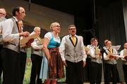 Auch der Männerchor Kobelwald kann es nicht ganz ohne Frau: Heinz Geisser sang mit seiner Gattin Manuela ein Duett. (Bild: Max Pflüger)