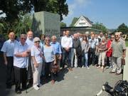 Die ehemaligen Fremdenlegionäre am Dunant-Denkmal in Heiden. Bild: Peter Eggenberger
