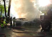 Am Sonntagabend brannten in Innerthal zwei parkierte Autos. (Bild: Kantonspolizei Schwyz)