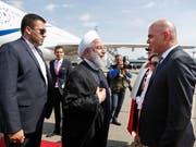 Bundespräsident Alain Berset (rechts) begrüsst seinen iranischen Amtskollegen Hassan Ruhani (Mitte) nach dessen Ankunft am Nachmittag in Zürich-Kloten. (Bild: KEYSTONE/PETER KLAUNZER)