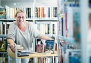 Fabia Patocchi bei ihrer Arbeit in der Bibliothek in Baar. (Bild: Stefan Kaiser (Baar, 18. Juni 2018))