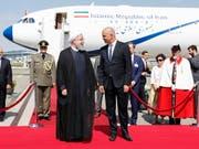 Bundespräsident Alain Berset (rechte Mitte) unterhält sich mit seinem iranischen Amtskollegen Hassan Ruhani (links) nach dessen Ankunft in Zürich-Kloten. (Bild: KEYSTONE/PETER KLAUNZER)