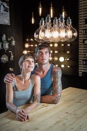 Wolfram leuchtet schöner: Esther König und Marc Juchler von Konigs in ihrem Geschäft an der Güterbahnhofstrasse in St.Gallen. (Bild: Ralph Ribi)