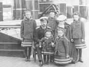 Nikolai II. mit seiner Familie, im Uhrzeigersinn von links: Olga, Nikolai II., Anastasia, die Zarin Alexandra, Maria, Tatjana und Zarewitsch Alexej. (Bild: Keystone; 1907)