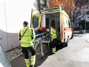 Eine Ambulanz bringt eine Frau ins Spital, die wegen einer Katze mit dem Velo gestürzt ist. (Bild: KEYSTONE/GAETAN BALLY)