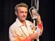 Der Künstler Andres Lutz alias Dr. Luedi posiert im April 2018 mit Gadgets seiner Bühnenshow «Dr. Luedi-Show: Luedi steigt ins Moor». (Bild: Keystone/CHRISTIAN BEUTLER)