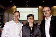 Karin Becker übernimmt das Theater Konstanz. Umrahmt wird sie nach ihrer Wahl vom Konstanzer Oberbürgermeister Uli Burchardt (rechts) und vom Kulturbürgermeister Andreas Osner. (Bild: Stadt Konstanz)