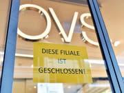 Im Juni sind deutlich weniger Firmen in der Schweiz pleite gegangen. Dennoch gab es einen Riesenkonkurs: Der Kleiderhändler OVS (ehemals Charles Vögele) machte dicht. (Bild: KEYSTONE/WALTER BIERI)