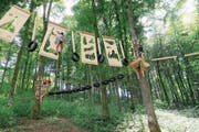 Die Mädchen vom Blauring Steinhausen erklimmen den Kasola-Seilpark. (Bild: Lagerbild (OK-Team Kasola, Moosleerau AG, 15. Juli 2018))