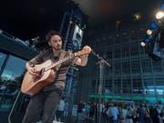 Der amerikanische Musiker Kail Baxley war einer der ersten, die am diesjährigen Blue Balls Festival in Luzern auftraten. (Bild: KEYSTONE/URS FLUEELER)