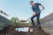 Nach sechs Monaten ist nichts mehr zu sehen: Harald Lenzinger kompostiert das Shirt von Calida. (Bild: Eveline Beerkircher (Sursee, 20. Juli 2018))