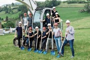 Am Spatenstich des neuen Firmengebäudes der Primcut AG in Neu St.Johann beteiligte sich das ganze Team. (Bild: PD)