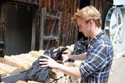 Der 24-jährige Simon Keller ist Autor, Regisseur und Schauspieler zugleich - hier bei den Vorbereitungen für das Freilichtspiel im Dreyschlatt. (Bild: PD)