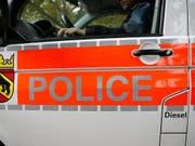 Ein Patrouillenfahrzeug der Berner Kantonspolizei ist am Freitag im Berner Jura mit einem Nutzfahrzeug zusammengestossen. (Archivfoto) (Bild: KEYSTONE/PETER KLAUNZER)