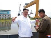 Nordkoreas Wirtschaft ist im vergangenen Jahr so stark geschrumpft wie zuletzt 1997. Machthaber Kim Jong Un besucht eine Werft im Norden des Landes. (Bild: KEYSTONE/AP KCNA via KNS)