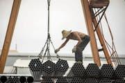 Eine Lieferung Stahlrohre erreicht ein Lager in Schanghai. (Bild: Qilai Shen/Bloomberg (Schanghai, 5. Juli 2018))