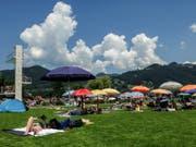 Badegäste geniessen das schöne Wetter im Strandbad in Thun. Freibäder sind Kulturgut in der Schweiz. Die meisten sind in die Jahre gekommen und sollten dringend saniert werden. Eine finanzielle Knacknuss für die Gemeinden. (Bild: KEYSTONE/PETER SCHNEIDER)