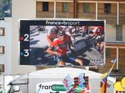Zuschauer im Ziel verfolgen auf einem TV-Bildschirm, wie Vincenzo Nibali nach seinem Sturz im Anstieg zur Alpe d'Huez mit grossen Schmerzen am Boden sitzt (Bild: KEYSTONE/EPA/KIM LUDBROOK)