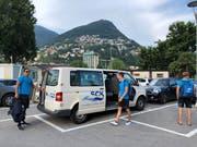 Ankunft des Teambusses im Freibad Lido in Lugano: Die Spieler sind bei der Reise auf sich alleine gestellt. (Bild: Matthias Hafen)
