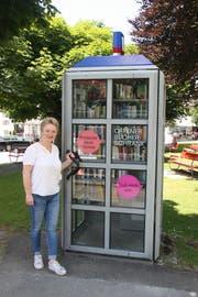 Heidi Müller, Leiterin der Bibliothek Einsiedeln, beim offenen Bücherschrank der Gemeinde. Bild: PD