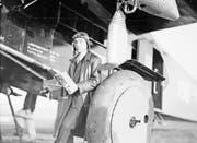 Ein stilbewusster Medienstar: Walter Mittelholzer posiert 1930 vor seiner Fokker. (Bild: ETH-Bibliothek Zürich)