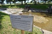 Die Gemeinde Gams informiert mit Tafeln über die Möglichkeit von Hautreizungen beim Baden in den Weihern. (Bild: Heini Schwendener)