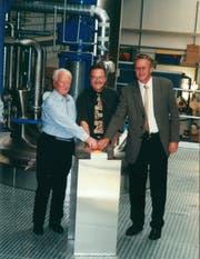 Hans und Leonhard Grämiger sowie VR-Präsident Arthur Löpfe bei der Einweihung der Kunstharzanlage (2000). (Bild: PD)