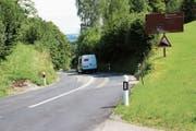 Zwischen der Passhöhe und Brunnadern ist die Wasserfluh-Strasse an verschiedenen Stellen sehr holprig. (Bild: Martin Knoepfel (28.August 2015))