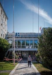 Stangen und Visiere beim Eingang zum Spital Altstätten. (Bild: Benjamin Manser)
