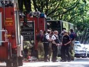 Einsatzkräfte vor dem Bus im Lübecker Stadtteil Kücknitz, in dem ein Fahrgast Mitreisende mit einem Messer attackiert hatte. Dabei wurden zehn Menschen verletzt. (Bild: Keystone/DPA/MARKUS SCHOLZ)
