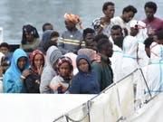 Flüchtlinge auf einem Rettungsboot im italienischen Hafen von Catania. (Bild: Keystone/EPA ANSA/ORIETTA SCARDINO)