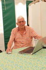 Franz Tschopp, Einsatzleiter des Rotkreuz-Fahrdienstes für die Gemeinden Erlen und Birwinken, führt am Computer Buch. (Bild: Hannelore Bruderer)