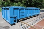 Das verschlammte Wasser wurde in Container gepumpt und zur Reinigung in eine spezialisierte Firma transportiert. (Bild: Hans Suter)