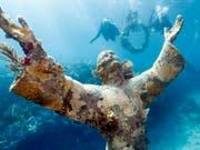 In der Nähe der Florida Key an der Südspitze des US-Bundesstaats steht seit 1965 die Jesus-Statue «Christ of the Abyss» in knapp acht Metern Tiefe im Meer. (Bild: KEYSTONE/EPA/STEPHEN FRINK / HO)
