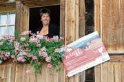 Noch schaut Karin Brunner-Gämperle gemütlich aus dem Blumenfenster, doch die Vorbereitungen sind bereits im Gange. (Bild: Fränzi Göggel)