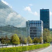 Ein Bürogebäude in Zug. Solche Glaspaläste benötigen künftig viel Energie, um ein angenehmes Klima zu behalten. (Archivbild: Sigi Tischler/Keystone)
