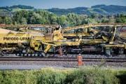 Mit einem Bauzug erneuern die SBB den Schotter unter den bestehenden Schienen. (Bild: Benjamin Manser, St.Gallen, 12. Juli 2018)