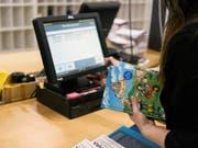 Jedes zweite Buch wird online gekauft: In den USA liegen die Umsätze von Online-Shops und herkömmlichen Läden erstmals praktisch gleichauf. (Bild: KEYSTONE/CHRISTIAN BEUTLER)