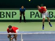 Marc-Andrea Hüsler (hinten beim Aufschlag) schnupperte bislang erst im Davis Cup Luft auf oberster Stufe (Bild: KEYSTONE/EPA/IGOR KOVALENKO)