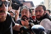 Adnan Oktar, der «Erlöser», wird von den türkischen Behörden abgeführt. (Bild: Arif Hudaverdi Yaman/Keystone (Istanbul, 11. Juli 2018))