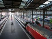 Kurzer Stromausfall im Bahnhof Luzern sorgte für Verspätungen bei Zugreisenden. (Bild: KEYSTONE/URS FLUEELER)