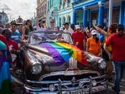 Die Abgeordnete und Tochter von Ex-Staatschef Raúl Castro, Mariela Castro (im Auto, winkend), setzt sich seit Jahren für die Rechte sexueller Minderheiten sowie für die Frauenrechte ein. (Bild: KEYSTONE/AP/DESMOND BOYLAN)