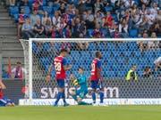 Basels Spieler verstehen nach dem Gegentor zum 1:2 in der 94. Minute die Welt nicht mehr (Bild: KEYSTONE/GEORGIOS KEFALAS)