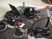 Ein Autowrack nach der Frontalkollision im Cassanawaldtunnel der Autostrasse A13 bei Nufenen GR, bei der am Freitag drei Personen verletzt wurden, zwei von ihnen schwer. (Bild: Kantonspolizei Graubünden)