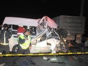 Bei dem tödlichen Unfall auf der vielbefahrenen Autobahn in der Nähe von Mexiko-Stadt fuhr ein Kleintransporter auf einen Lastwagen auf. (Bild: KEYSTONE/EPA EFE/STR)