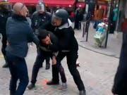 Sicherheitsmann Benalla (rechte Mitte, mit Helm) während der 1.-Mai-Demonstration in Paris. (Bild: KEYSTONE/AP Nicolas Lescaut)