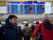 Im Flughafen Genf ist es wegen Gewitters am Freitagabend zu grossen Verzögerungen im Flugbetrieb gekommen. Bis Samstagvormittag konnten diese grösstenteils aufgeholt werden. (Bild: KEYSTONE/MARTIAL TREZZINI)