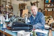 Sepp Christen ist auch im hohen Alter praktisch täglich zwei bis drei Stunden in seiner Werkstatt anzutreffen. (Bild: Manuela Jans-Koch (Wolfenschiessen, 19. Juli 2018))